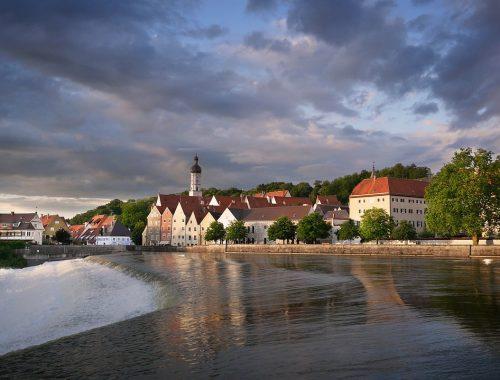 Blick auf Landsberg am Lech über den Fluss