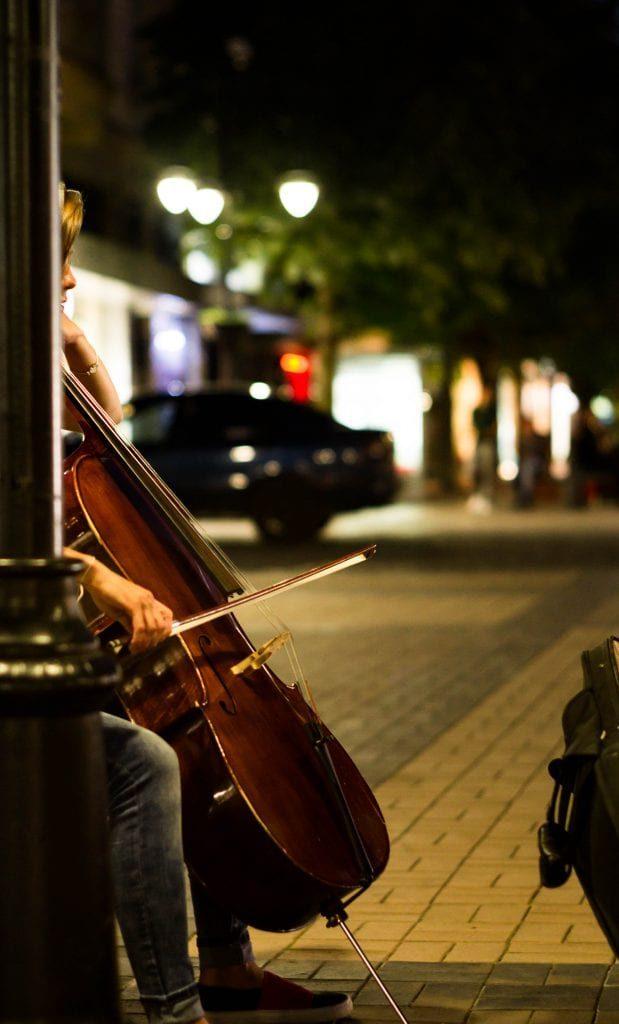 Sofia Nachtleben - Straßenmusikant