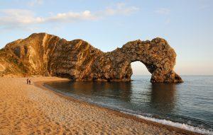 Dieses Bild zeigt der natürlicher Kalksteinbogen an der Juraküste nahe Lulworth in Dorset, England